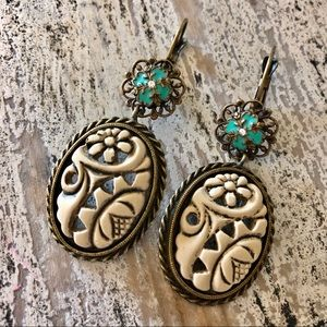 Jewelry - Gorgeous Vintage cream and turquoise earrings.